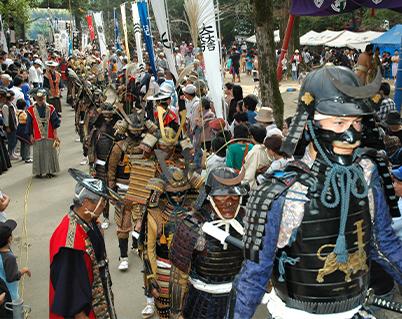 甲冑姿の武者行列で参拝する 毎年10月に行われる伝統行事